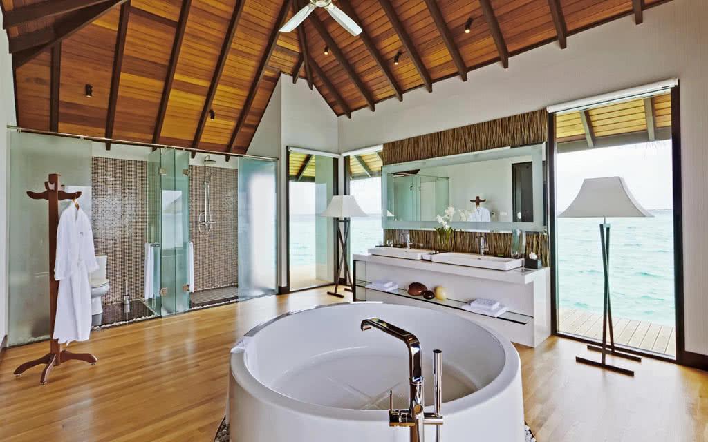 14 velassaru velassaru_water_suite_bath