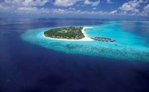 vue aerienne atoll et pilotis