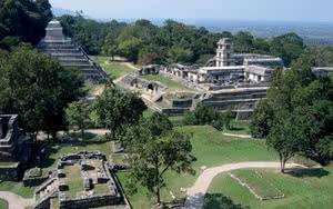 Ruines autour du temple du soleil dans l'Etat de Chiapas