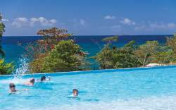 piscine vue mer Hôtel Karibéa Amandiers