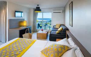 chambre famille salon hôtel manganao