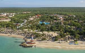 vue aerienne plage et hotel republique dominicaine foret en fond