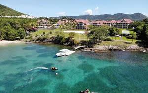 vue aerienne mer Caraibes avec hotel Pierre et Vacances Martinique en fond
