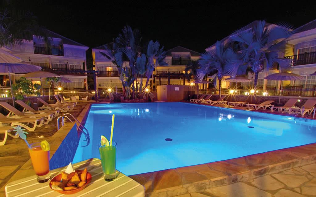 16-lescreoles-piscine-nuit-2