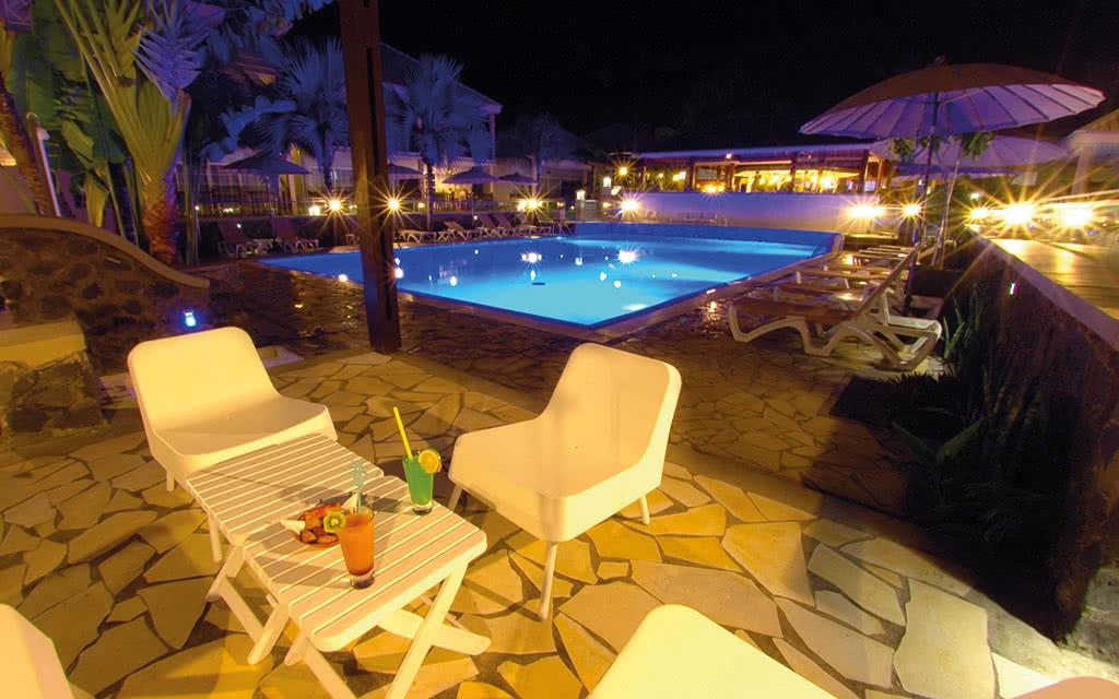 16-lescreoles-piscine-nuit-3