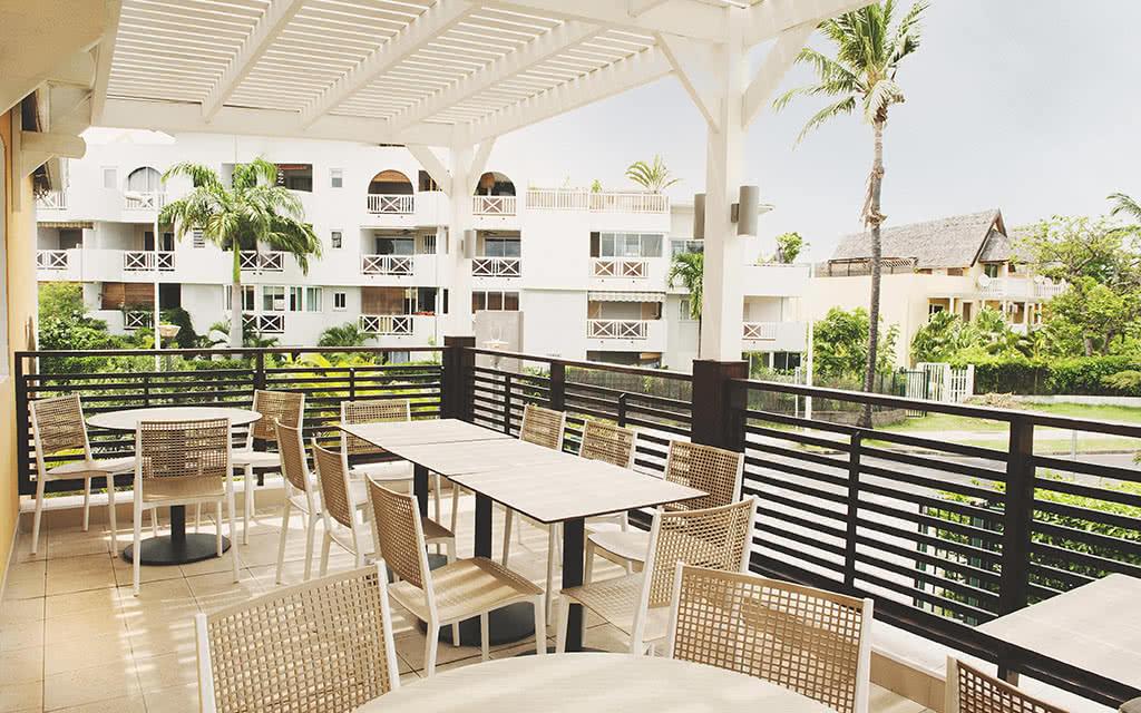 18-tropic-vue-generale-terrasse-exterieure-krystel-v-morin-2018-tropic-apparthotel-21-