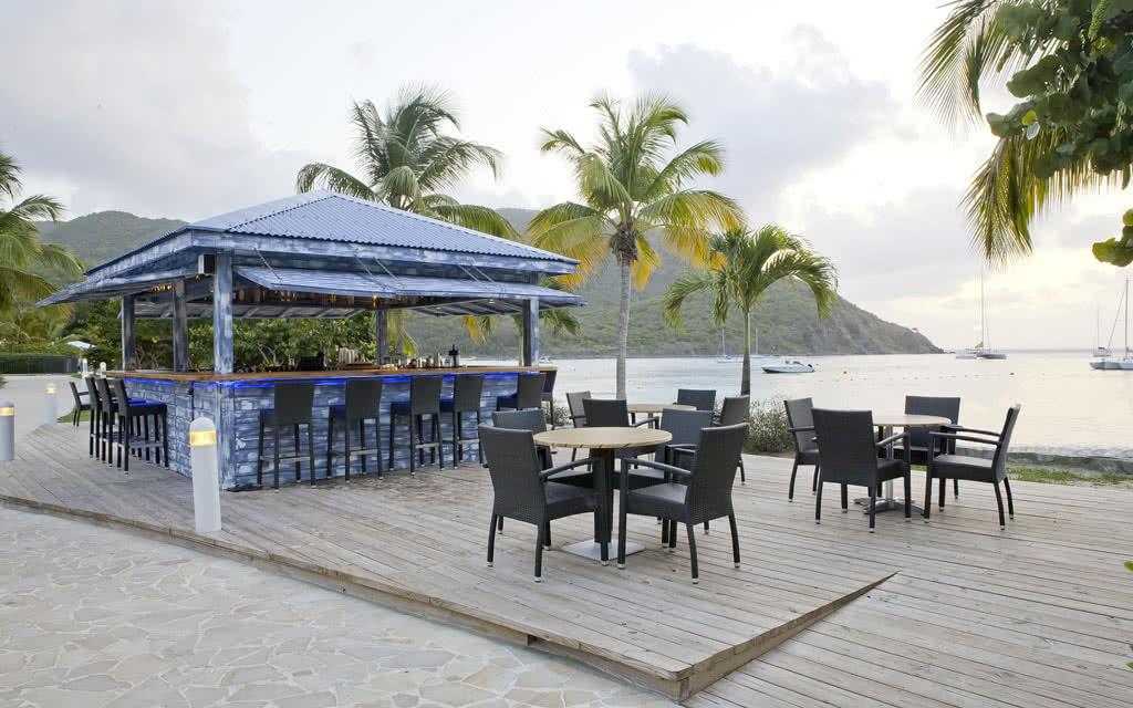 14-radissonstm-beach-bar2