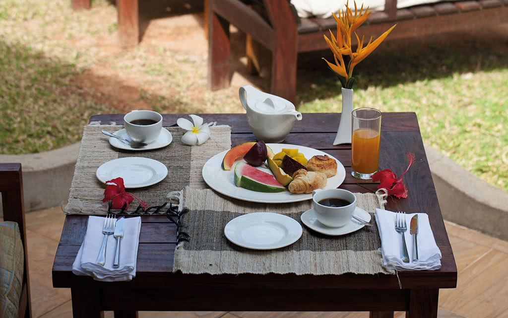 18-cerfisland-breakfast-in-the-garden-of-the-villa