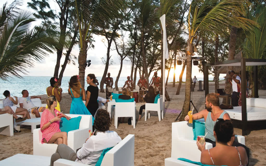 15riulemorne-beach-party-01