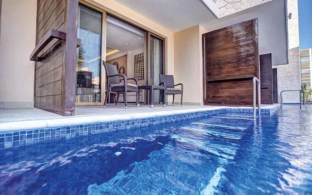 17hideawaycancun luxury junior suite swim out 02